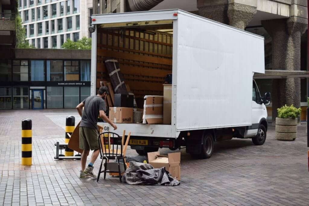 Lieferwagen beladen _ Reuter-Umzuege.de